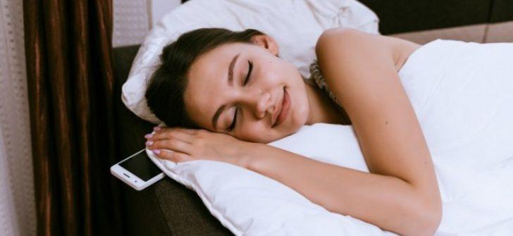 Uzmanlar uyarıyor: Yastık altında cep telefonuyla uyunmamalı